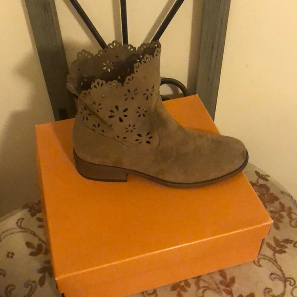 Unisa Shoes - Adorable ankle boots!